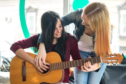 Jouer de la guitare grâce à des cours : livres et internet !